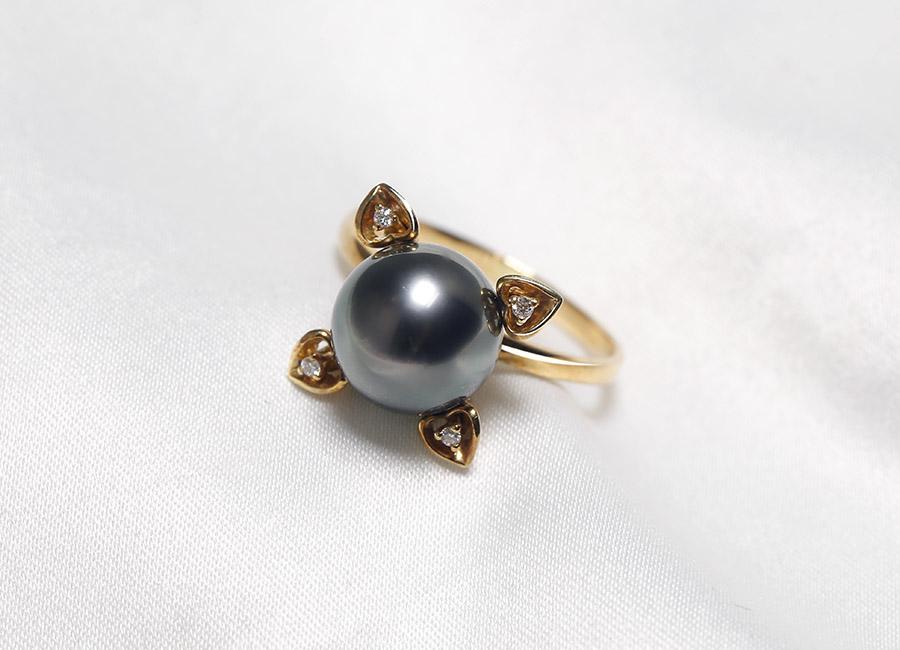 Sự kết hợp tuyệt vời giữa vàng 18k, ngọc trai biển và kim cương để tạo nên một tuyệt phẩm trang sức.