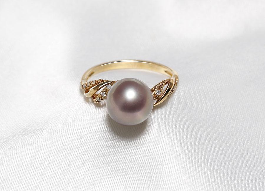 Những hạt kim cương nhỏ được đính trên chất vàng làm nổi bật khung nhẫn mang đến một vẻ đẹp mới lạ. độc đáo.
