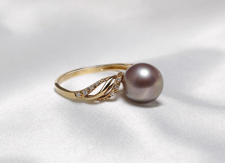 Những đường vặn xoắn gần mặt nhẫn mang đến vẻ đẹp và nét quý phái cho món trang sức này.