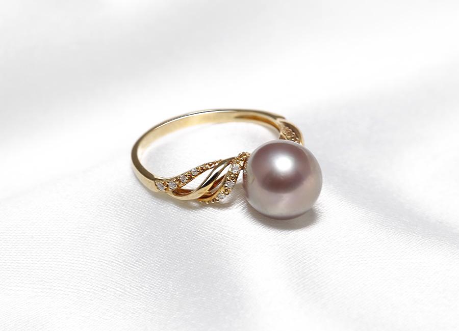 Trong từng chi tiết có thể thấy những điểm tinh tế cùng nét cuốn hút của chiếc nhẫn vàng 18k ngọc trai Royale Pearl.