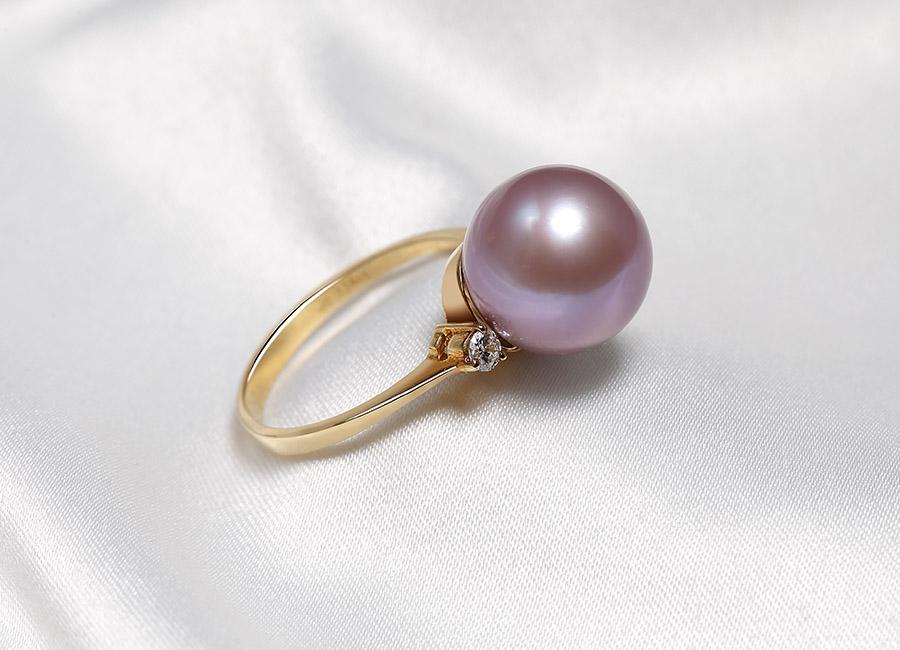 Quyến rũ, dịu dàng và tinh tế đó chính là những gì viên ngọc trai hồng toát lên và thể hiện vị trí của nó.