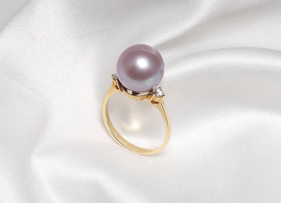 Viên kim cương tinh tế, nhỏ xinh được đặt ngay cạnh bên viên ngọc trai.