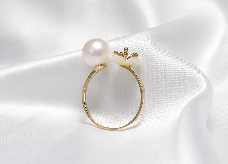 Cánh hoa mai trắng muốt cùng chất vàng 18k tạo nên Bacite Freerl đẹp dịu dàng, tinh tế.