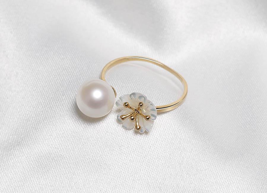 Viên ngọc trai trắng nổi bật cùng những cánh hoa mai khiến cho trang sức nhẫn mang nét đẹp riêng của nó.