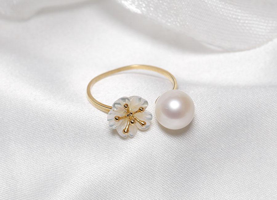 Nhẫn vàng 18k ngọc trai Bacite Freerl mang thiết kế freesize độc đáo, đặc biệt.