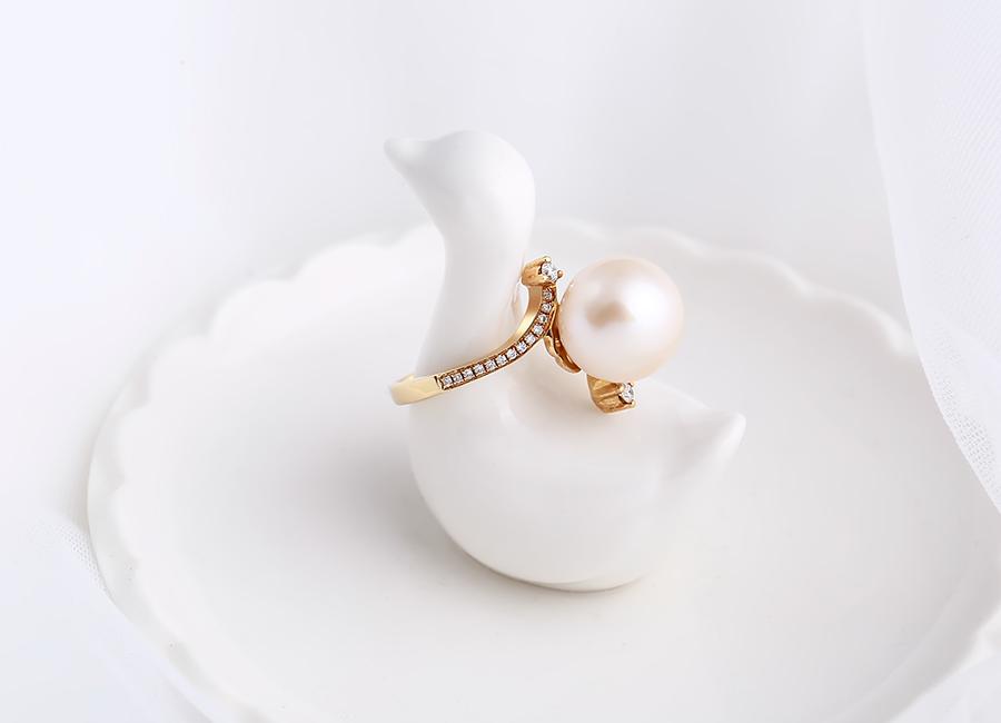 Chiếc nhẫn mang trọn vẹn nét nữ tính, điệu đà.