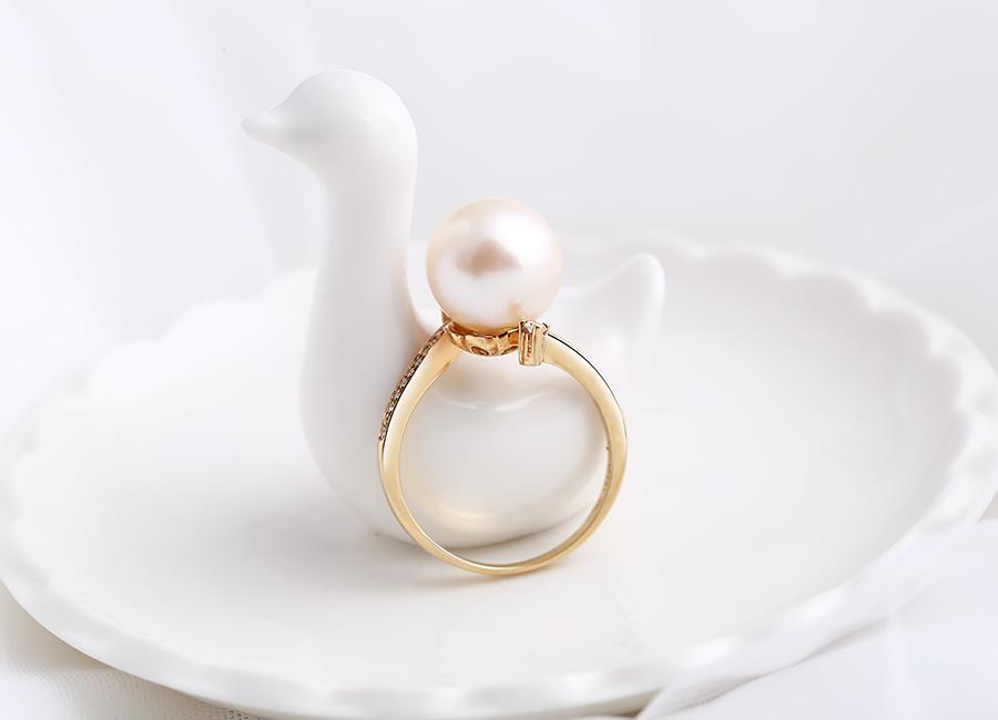 Nhẫn vàng gắn ngọc trai tôn vinh vẻ đẹp con gái Việt.