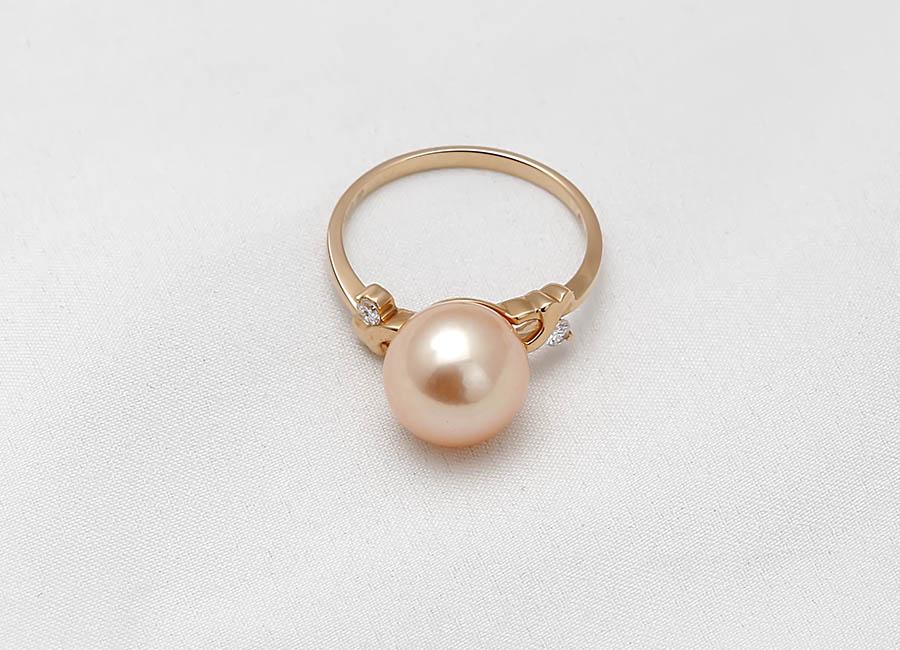 Vẻ kiêu sa của chiếc nhẫn gắn ngọc trai khiến vạn người mê hoặc.