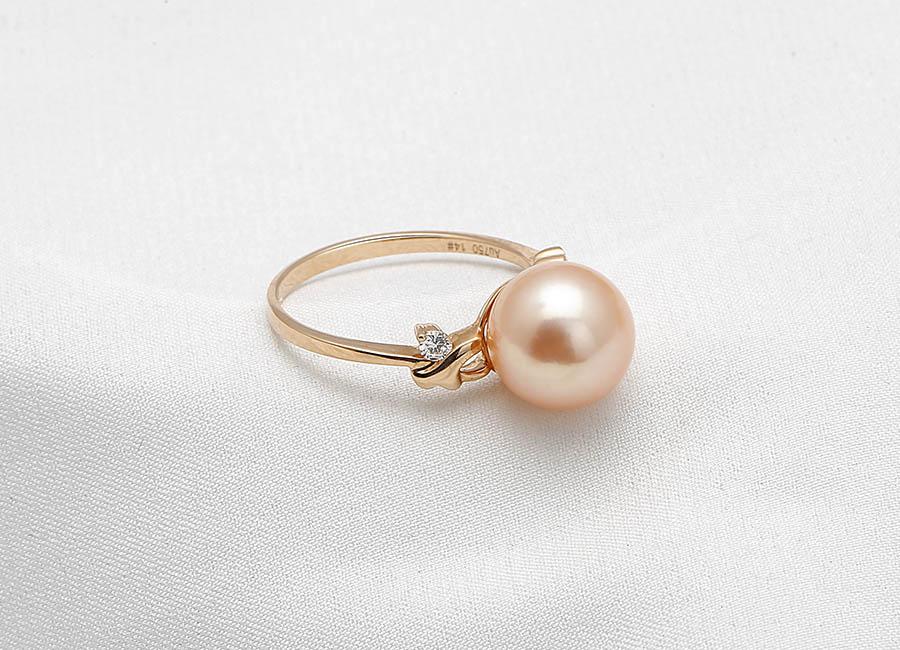 Điểm thêm vào sự nét quý phái của viên ngọc trai là viên kim cương nhỏ lấp lánh.