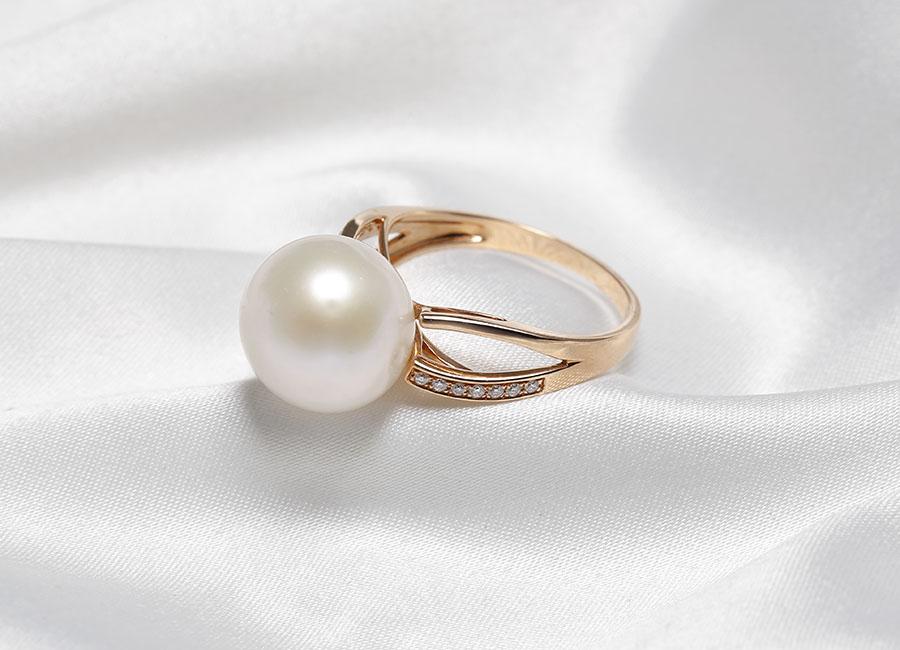 Pure Lavie chính là một tuyệt tác, tổng hòa giữa 3 chất liệu hoàn hảo: vàng 18k, ngọc trai và kim cương.