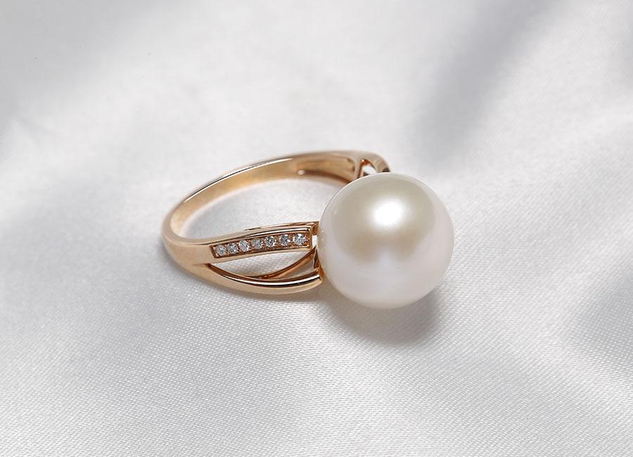 Viên ngọc trai màu trắng nổi bật trên mặt nhẫn làm khiến Pure Lavie luôn toát lên nét sang của riêng nó.