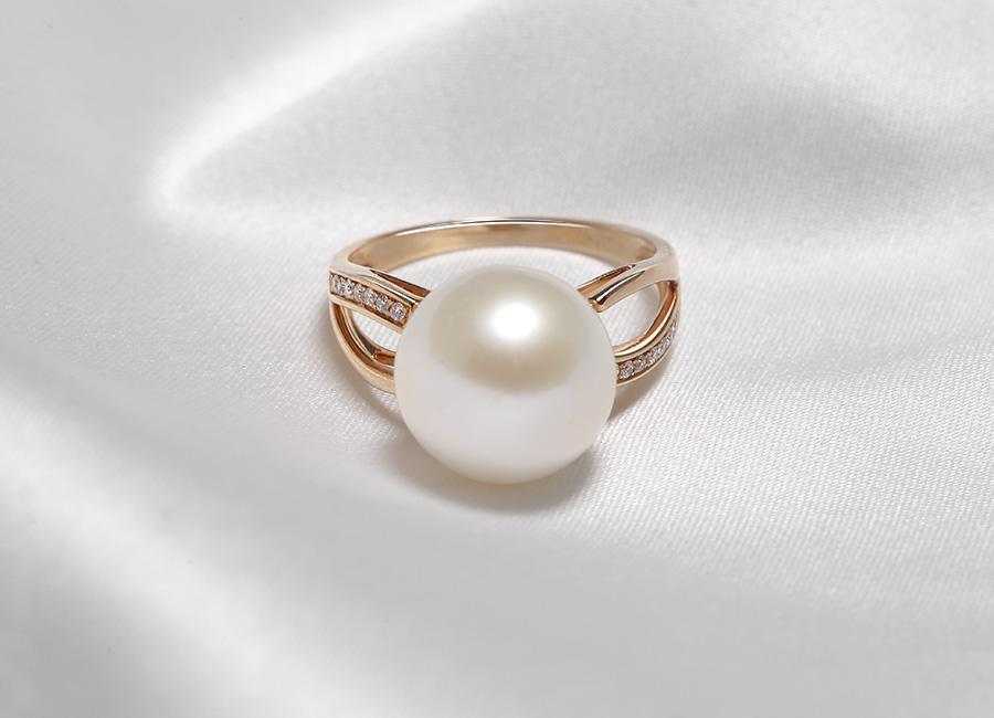 Chất vàng 18k kết hợp hài hòa với màu trắng của viên ngọc trai tạo nên một vẻ đẹp hoàn hảo cho nhẫn Pure Lavie
