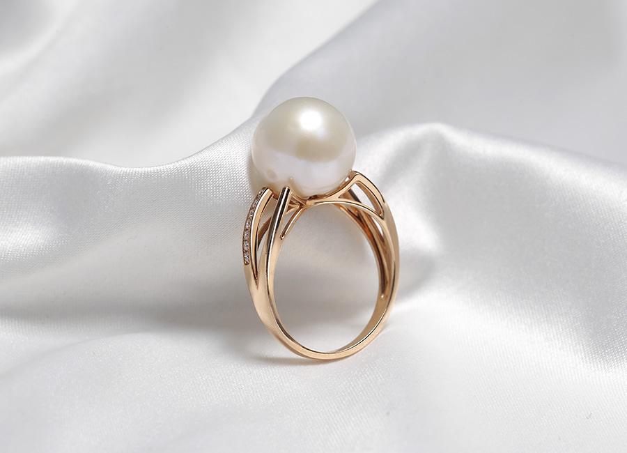 Mặt khung nhẫn đính thêm những viên kim cương tôn lên vẻ đẹp cho Pure Lavie.