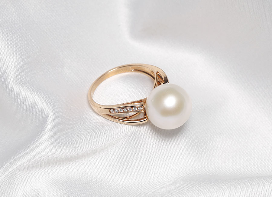 Nhìn từ góc nào cũng có thể thấy được nét tinh tế và vẻ quyến rũ của chiếc nhẫn tuyệt mỹ này.