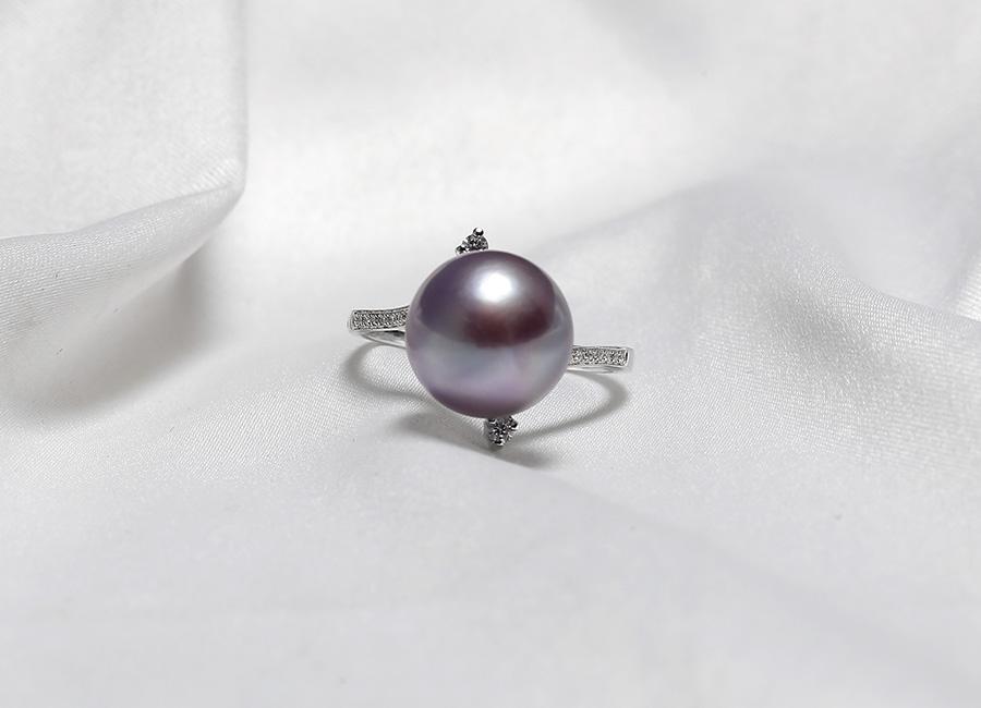 Xứng đáng là chiếc nhẫn ngọc trai cao cấp, Purpink Pearl luôn có dáng vẻ kiêu sa của nó.