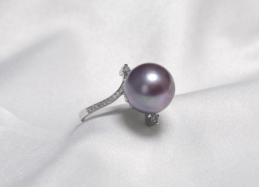 Nhìn từ mọi góc độ đều có thể thấy được vẻ đẹp quyến rũ và sức hấp dẫn đặc biệt đến từ nhẫn vàng 18k ngọc trai Purpink Pearl.