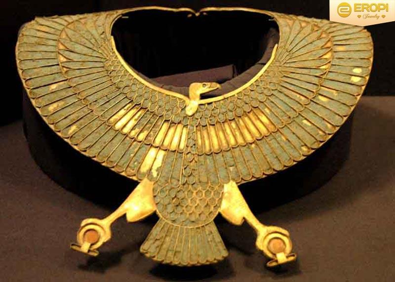 Cổ áo bằng vàng hình con kền kền được trưng bày tại bảo tàng Cairo, Ai Cập