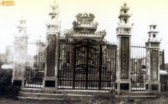 Cồng vào khu lăng mộ Tổ sư nghề kim hoàn Việt Nam tại Huế.