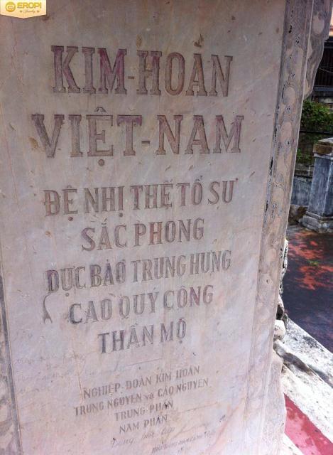Bia mộ tưởng nhớ Đệ nhị tổ sư nghề kim hoàn Cao Đình Hương.