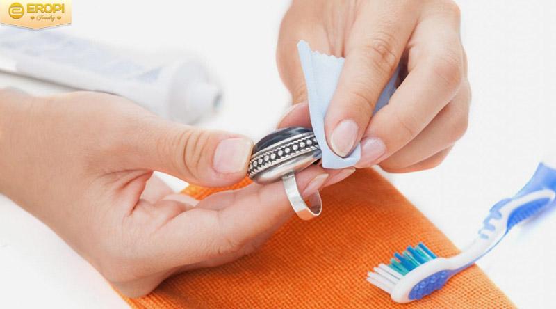 Dùng khăn khô mềm, không có xơ vải để lau khô trang sức.