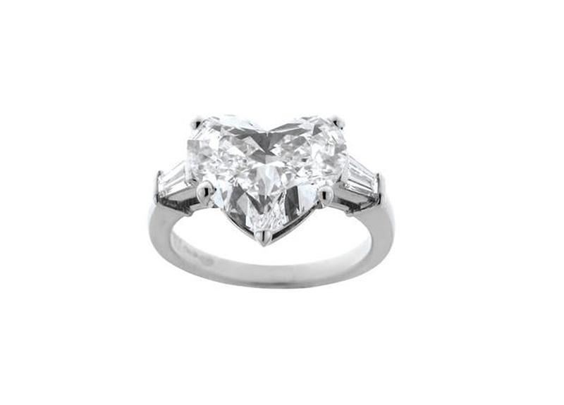 Nhẫn cưới thương cao cấp Bvlgari, gắn kim cương hình trái tim 5,3 carat.