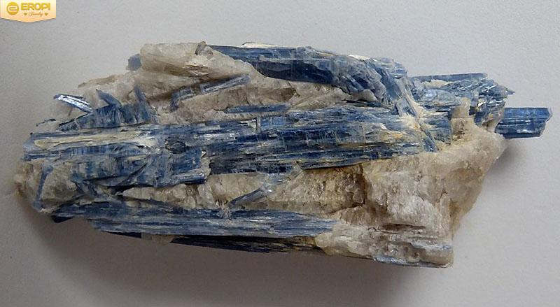 Kyanite là khoáng vật silicat xuất hiện nhiều trong các pecmatit hoặc đá trầm tích bị biến chất giàu nhôm.