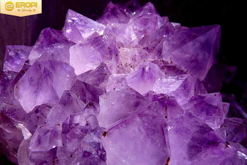 Thạch anh tím có sắc màu như những viên kim cương tím.