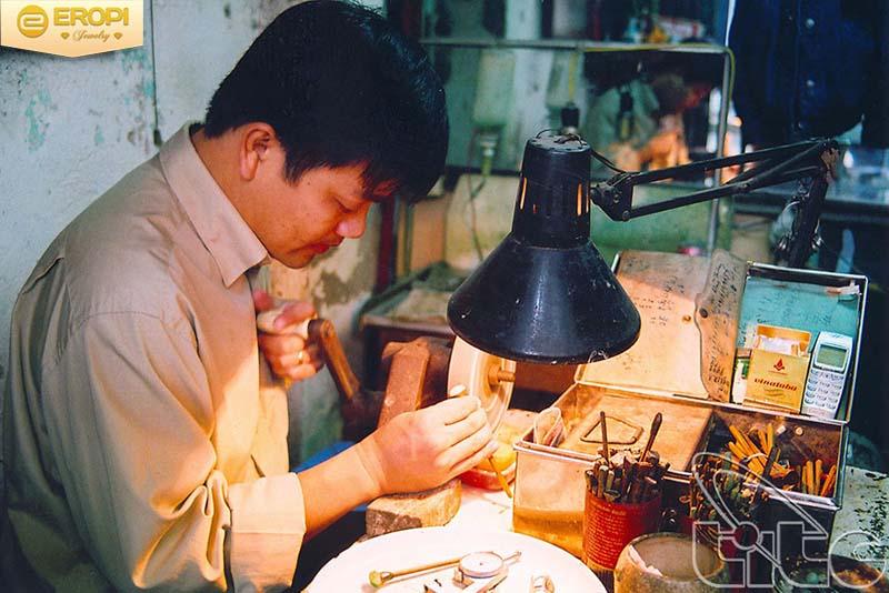 Thế hệ trước truyền cho thế hệ sau gìn giữ nghề truyền thống của làng.