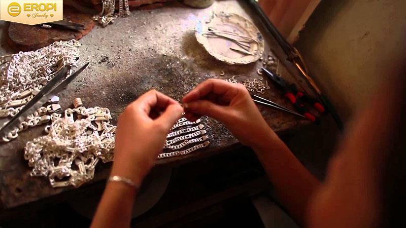 Nhiều kiểu dáng cùng mẫu mã trong các bộ trang sức vàng, bạc.