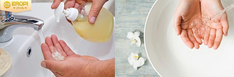Vệ sinh tay bằng nước muối hoặc xà phòng.