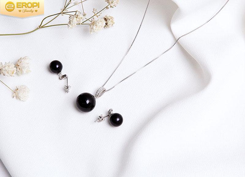 Bộ trang sức bạc Black Pearl với viên ngọc trai đen bí ẩn.