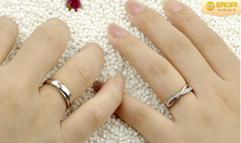 Kết quả hình ảnh cho nam đeo nhẫn ngón áp út tay phải