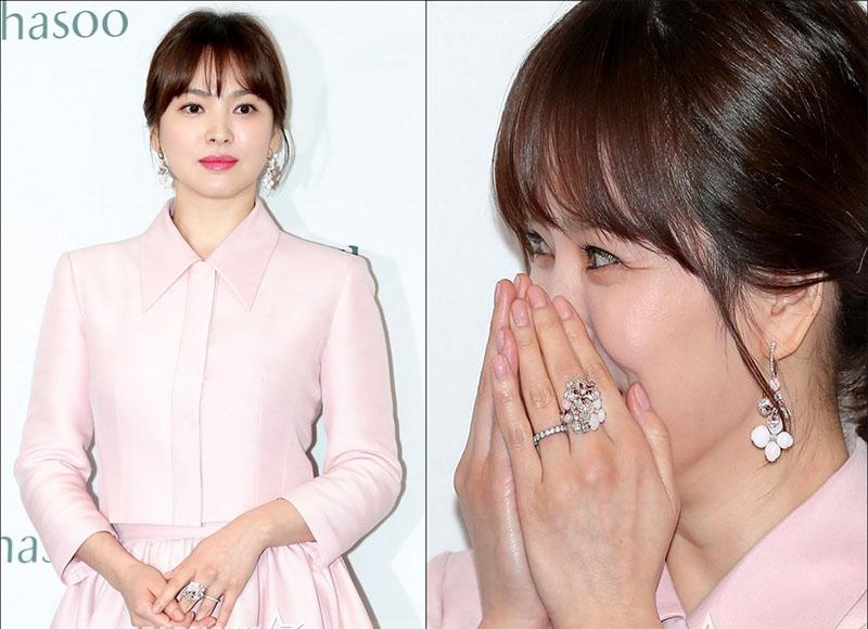 Đôi bông tai kết hợp ăn ý với chiếc đầm hồng duyên dáng, xinh xắn của ngọc nữ Song Hye Kyo.