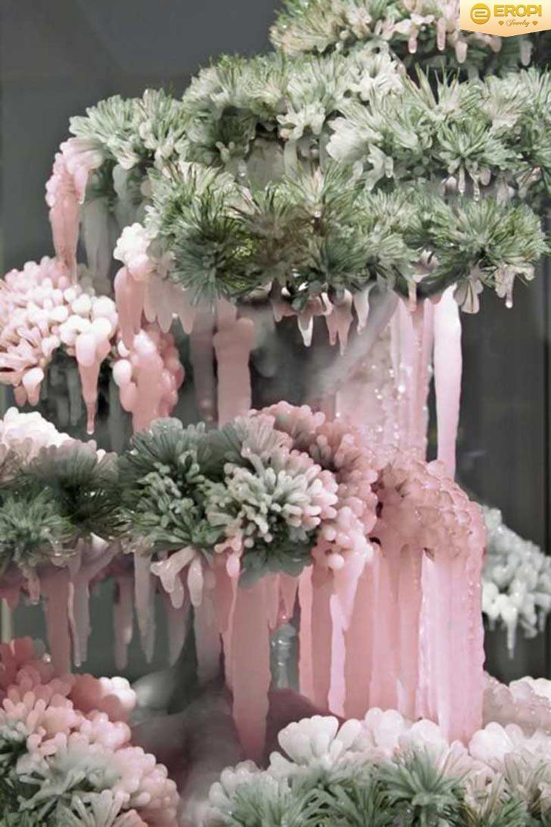 Cây thạch anh hồng được tạo dáng bonsai vô cùng đẹp và sinh động.
